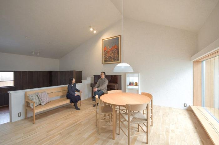 住宅にしては大きな気積をもつ空間。これはNさんのお母様が描かれた「秋の日」という日本画作品をかけるために大きな壁面が必要だったためだが、同時に多人数の人が来ても対応可能な空間となった。 N邸