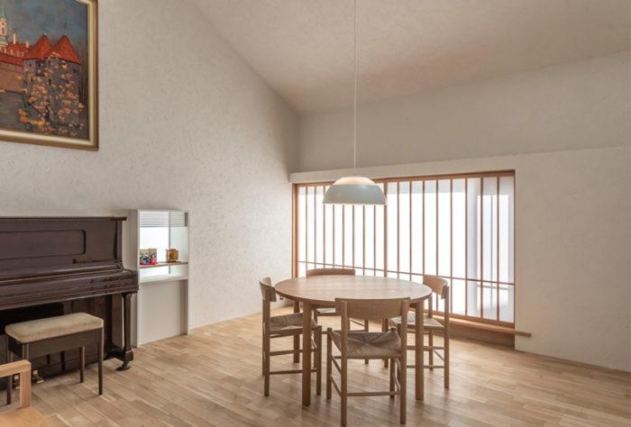 テーブルはこの家のために製作されたオリジナル。リストアされて新品同様に見えるピアノの右隣には厨子の置かれたコーナーがつくられている。