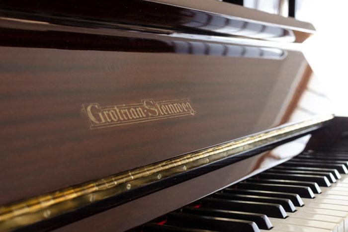 1962年頃、Nさんのご両親がイギリス滞在時にハロッズデパートで買い求めたドイツ製のピアノ。