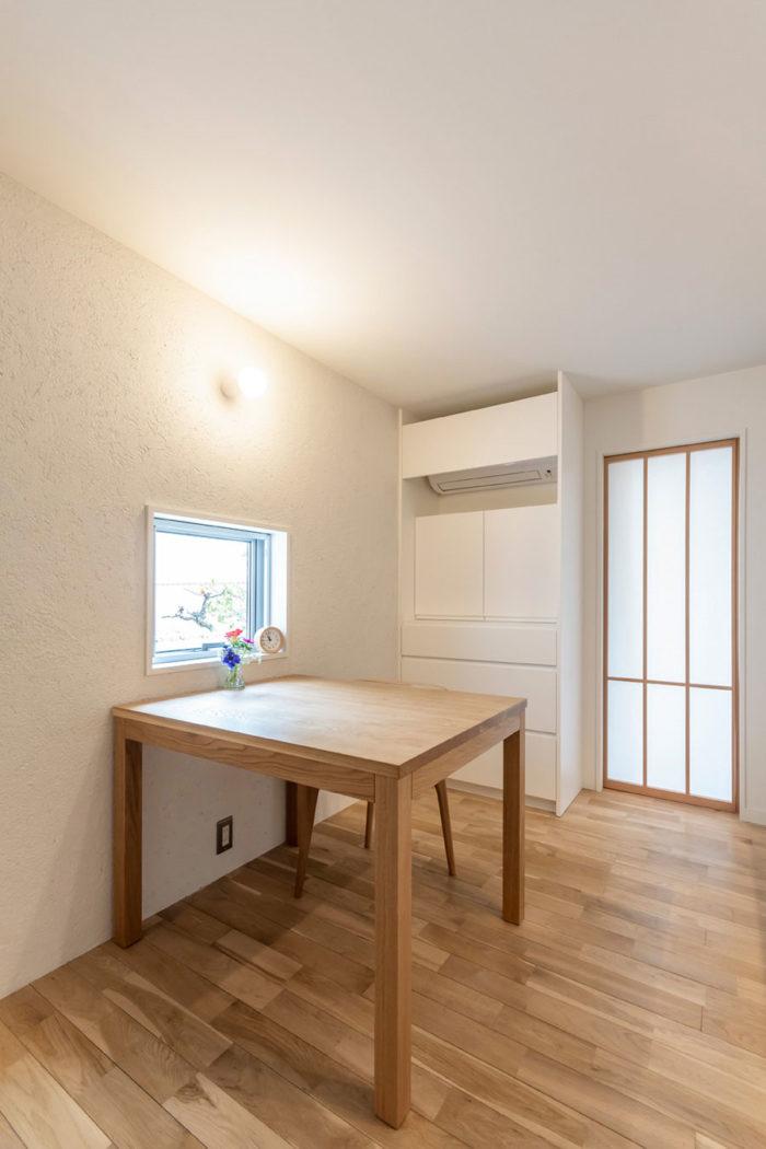 1階のダイニング・キッチン。コンパクトにデザインされたテーブルのスケール感も良く、落ち着く空間となっている。