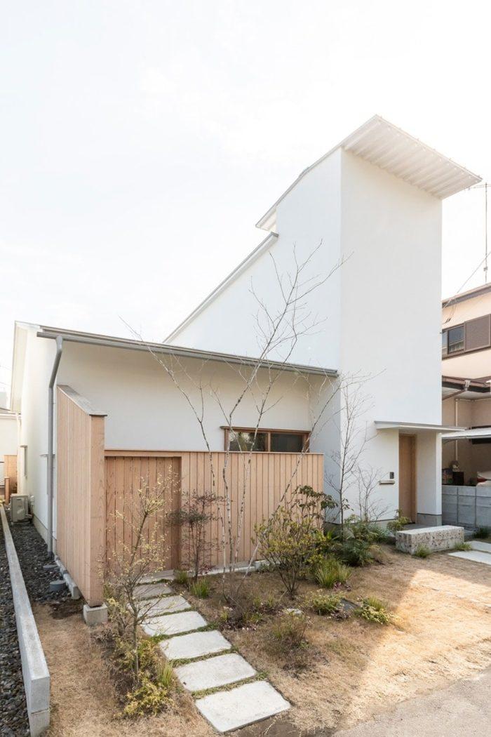 左側とのバランスを考え、右の部分を思い切って高くデザインした。ご近所では「塔のある家」と言われているという。
