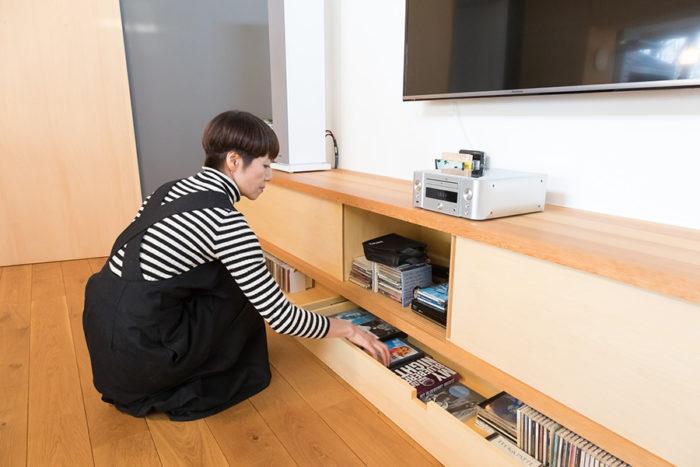 造り付けのテレビ台の下にはCDなどをたっぷり収納できる。音楽が好きで音にもこだわる阿川さんご夫妻。R天井は音響効果もよい。