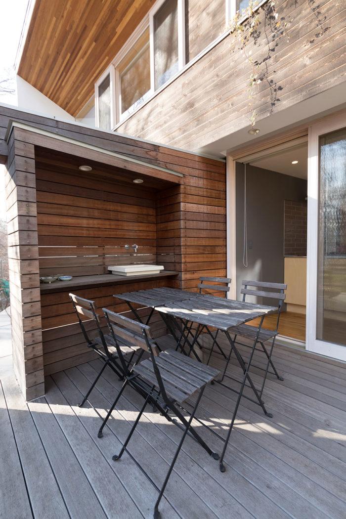 庭にもフェンスを設置。プライベートスペースに洗濯物を干しても、パブリックスペースからは見えないように配慮。シンクはバーベキューのときに重宝。