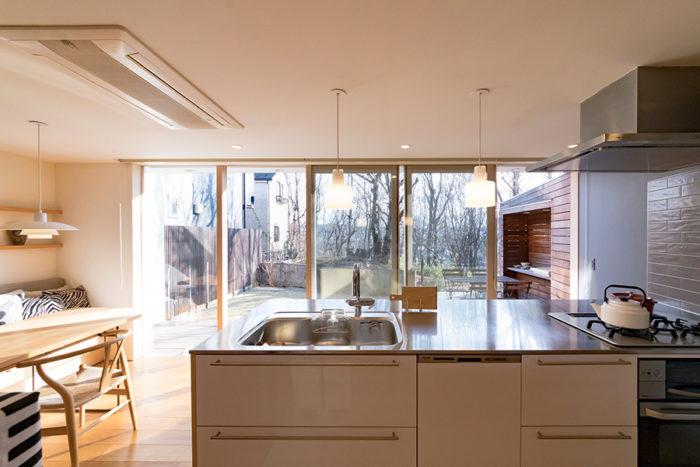 ペニンシュラ型のキッチン。料理をしながら最高の眺めが楽しめる。