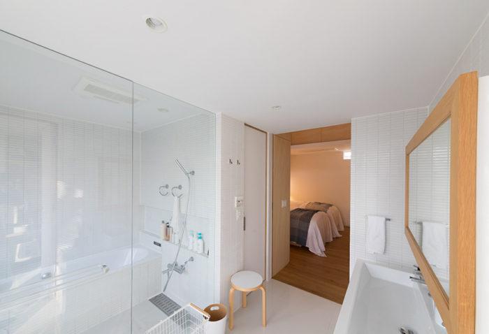 ホテルライクなバスルーム。奥が寝室で、扉は最低限しかない。