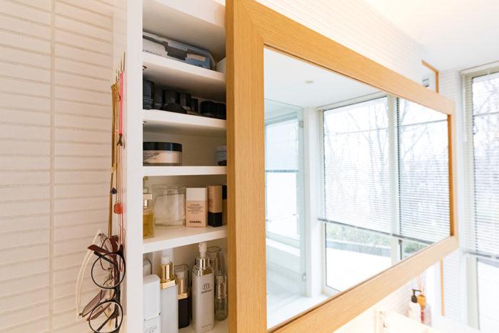 洗面の鏡は、右にスライドすると収納棚が登場。