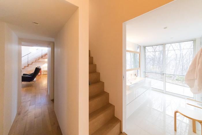 寝室やバスルームから2階へつなぐプライベートスペースの階段。回遊性があり、便利。