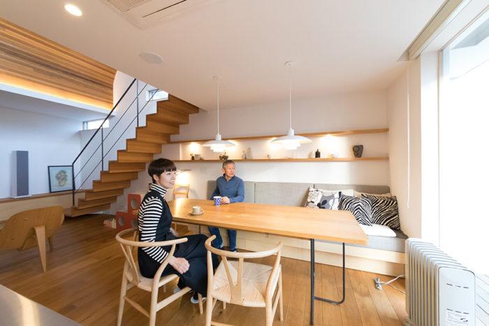 友人の家具作家(アトリエヨクト)にオーダーしたというダイニングテーブルは鉄の脚がポイント。壁には飾り棚を設け、お気に入りの物をディスプレイ。「リビングにギャラリー風のビューポイントを造るのがおすすめです」。
