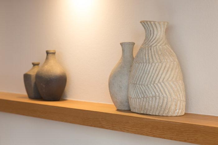 手前が、最近注目しているという熊田恵子さんの作品。奥が和生さんの妹で陶芸家の阿川まさ美さんの作品。