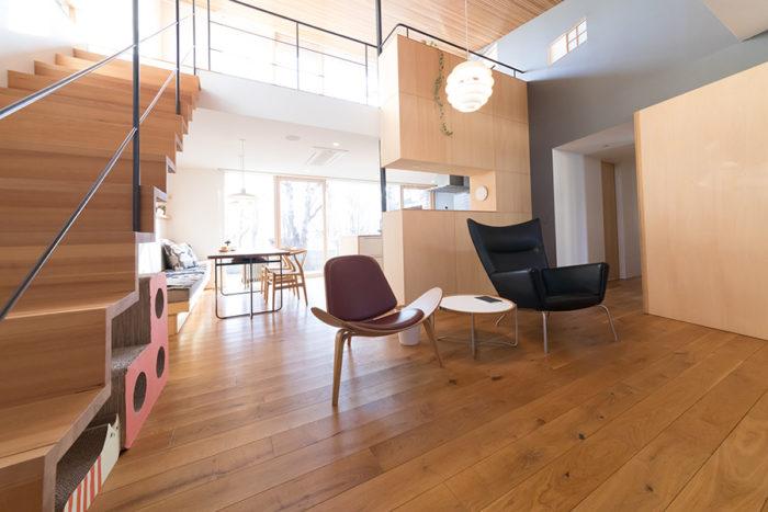 ハンス・J・ウェグナーのイスは座り心地抜群。北欧家具に不思議とマッチする、和室の障子窓(右上)。