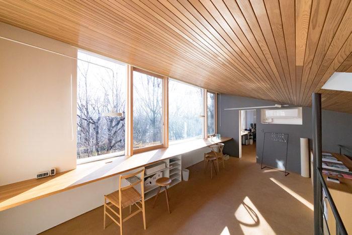 2階のパブリックスペースからの眺めも素晴らしい。奥は和生さんの書斎。
