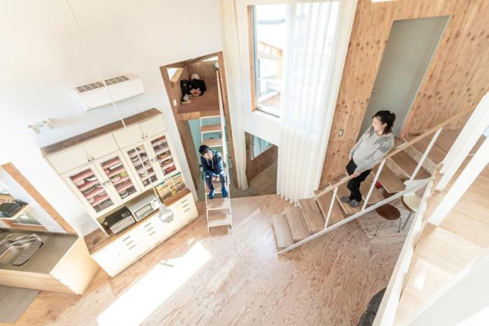 2階への階段途中から見下ろす。