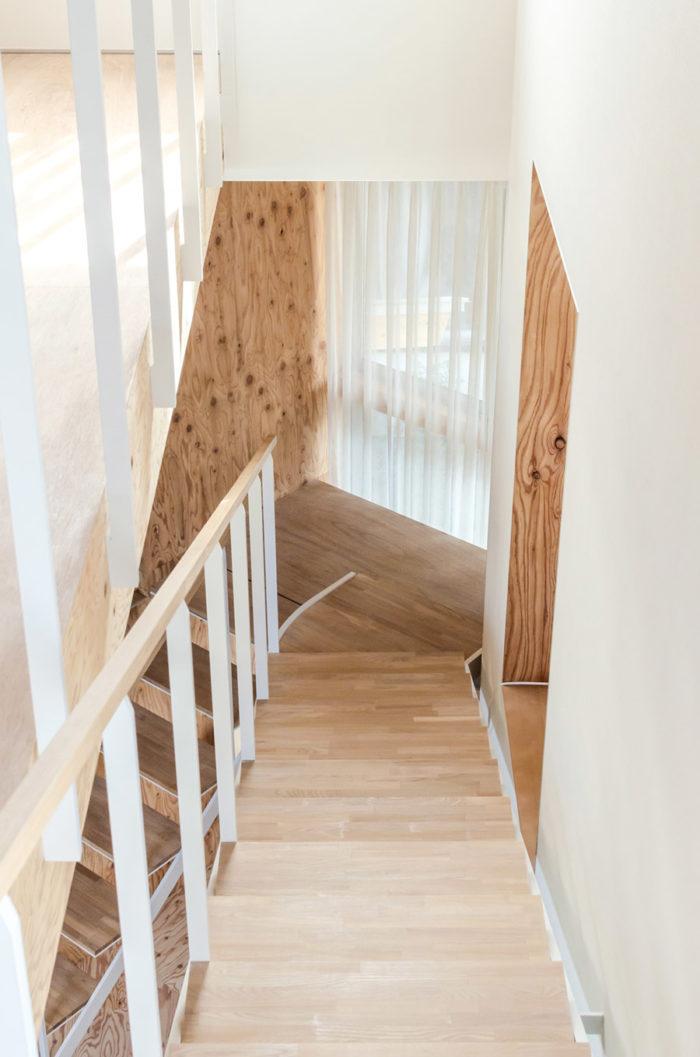 2階から踊り場を見る。階段途中の右側にお孫さんの部屋がある。