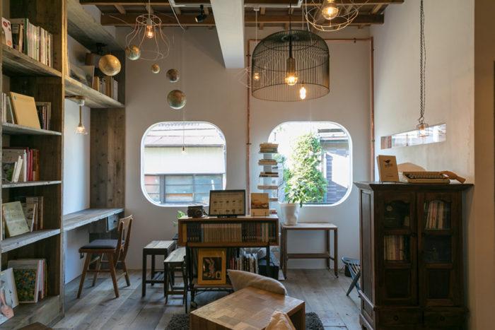 リノベーションにあたり、1階は見附さんが作りたかったブックカフェにした。