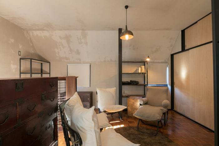 2階がプライベートスペース。左官の下地材で仕上げにした壁がいい雰囲気を作っている。