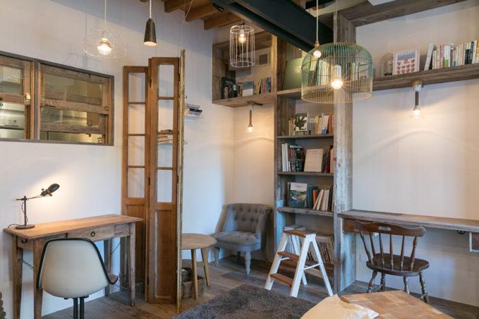 ひとつひとつ違う椅子。ひとりになれるスペースがお店のそこここに用意されている。いろんな場所に座ってみたくなる。