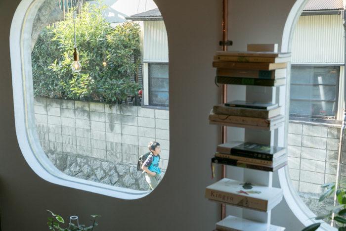 リノベ前の家の窓の形をそのまま残している。「私もこの家の前を通って通学していました」