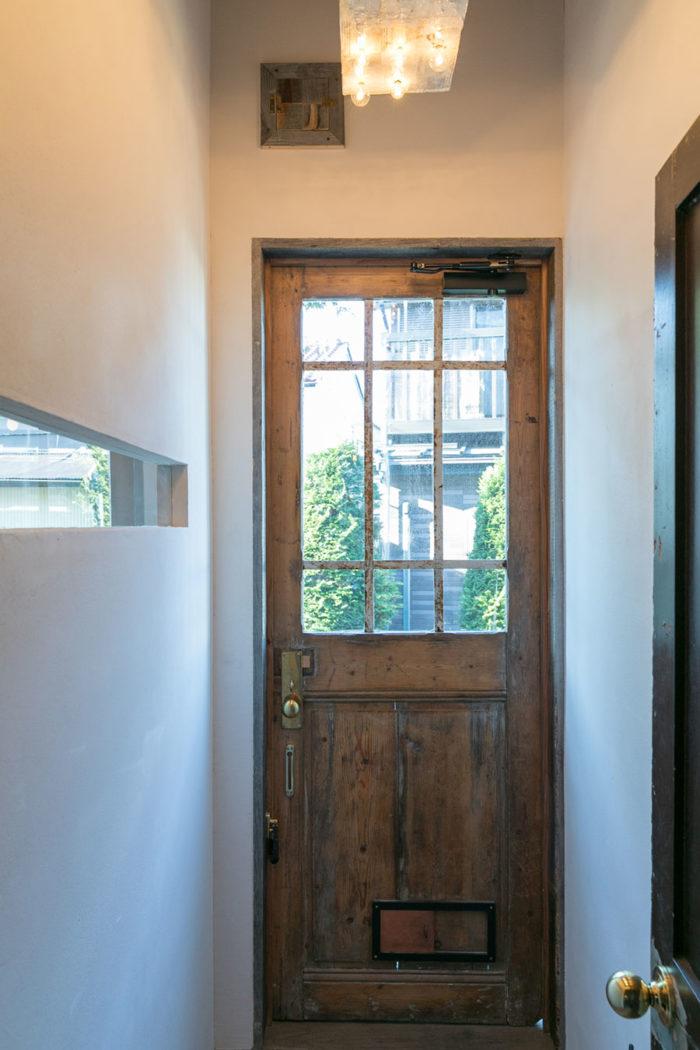 お店の入口のドアは、フランスのアンティーク。