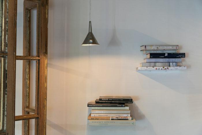 読みたくなる本がお店のそこここにある。