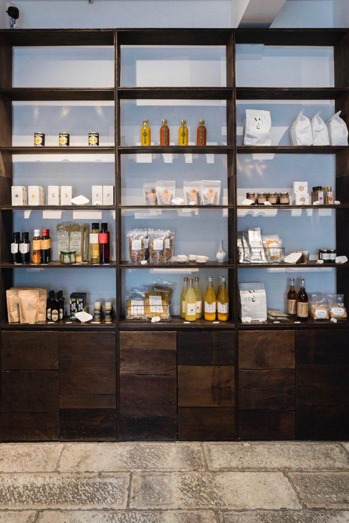 エラヴァIは、器と食品の販売。2階のショップ兼ギャラリースペースでは、作家の個展を不定期に開催。