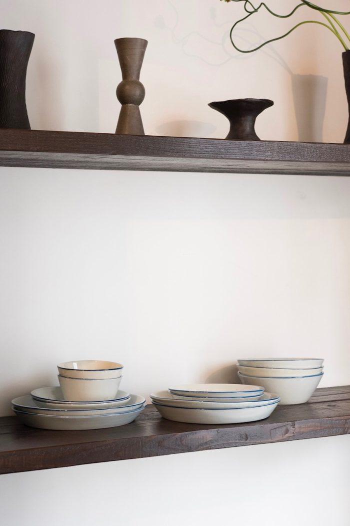 郡司製陶所による日常使いの器。ブルーの縁どりが効いたシンプルな器は重ねた姿も美しい。