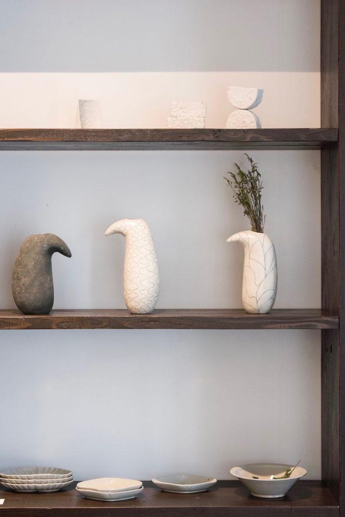 上段のオブジェは、岐阜の陶芸家、吉田次郎の作品。中段は、陶芸家、小前洋子による花器。