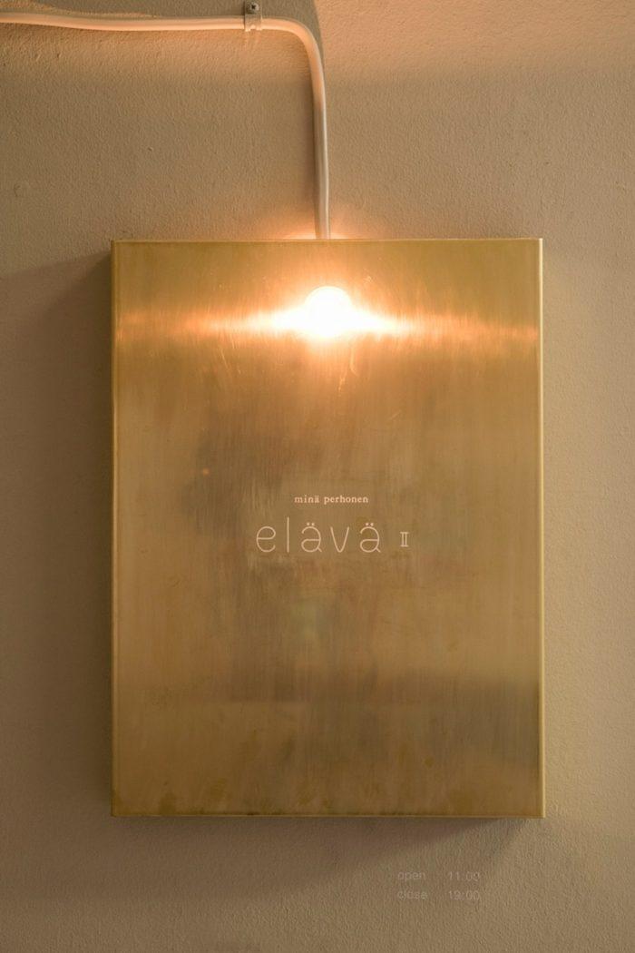 真鍮製のノスタルジックなサインが目印。