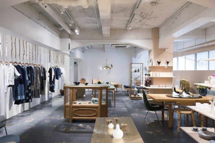 服と家具を線引きせずに、どちらも暮らしの一部として捉える、という皆川さんの思いから、ヴィンテージ家具とミナ ペルホネンのアーカイブコレクションを同じ空間に並べているという。