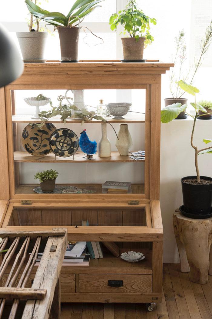 ムーニーともみさんの絵皿と吉田麻衣子さんの花器。