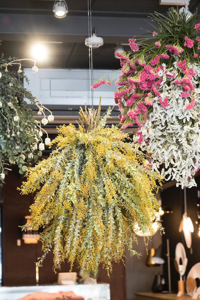 フラワーアーティストの平井かずみさんによる店内装花。