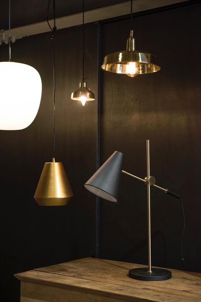 モダンなフォルムとメタリックな質感が美しいデンマークのペンダントランプ。