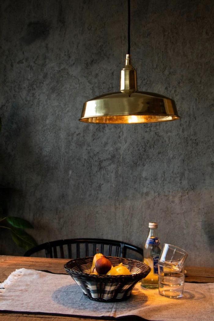 インダストリアルなランプシェードをブラスで仕上げることで、モダンでクラシカルな印象に