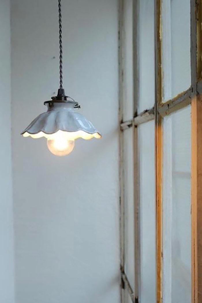 アスティエ・ド・ヴィラットの陶器のランプシェード。ノスタルジックな雰囲気が魅力。