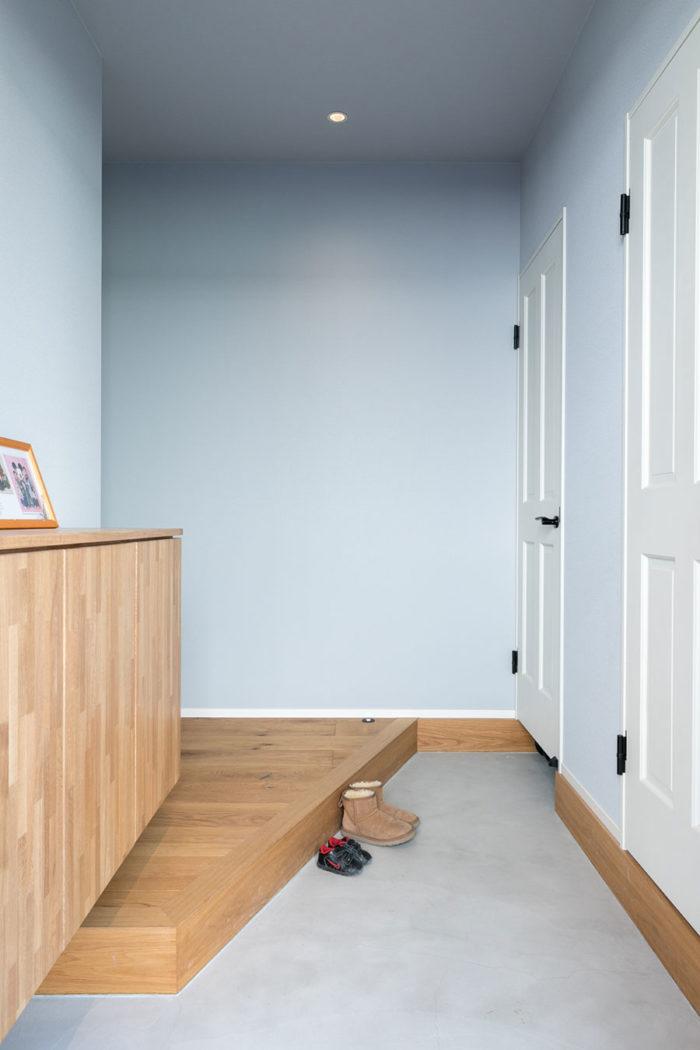 ゆったりと広さをとった玄関。手前の扉はキッチン脇のパントリーにつながり、奥の扉の中は土足で入れるシューズクロークになっている。