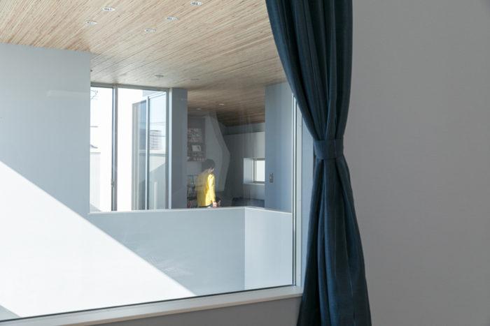 主寝室の窓からは2階フリースペースの様子も見える。