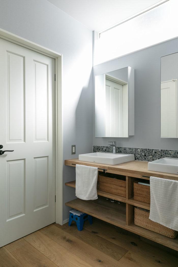 洗面台は2つ並びにして、5人家族の朝の身支度をサポート。