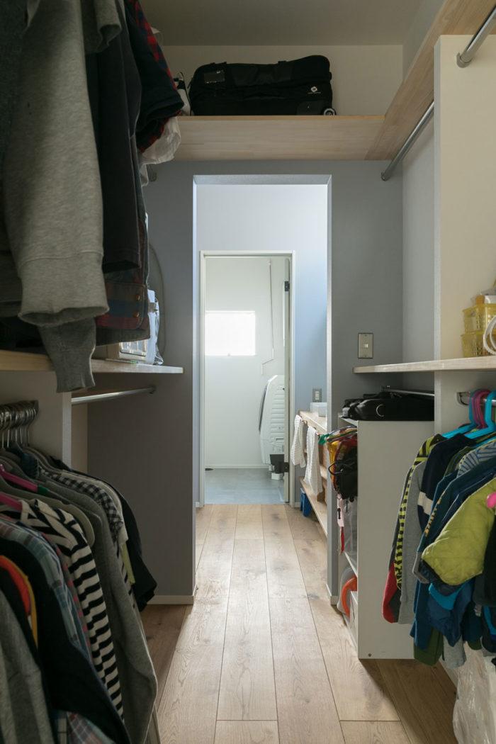 ウォークスルー・クローゼットの中から、洗面室、脱衣室を見る。