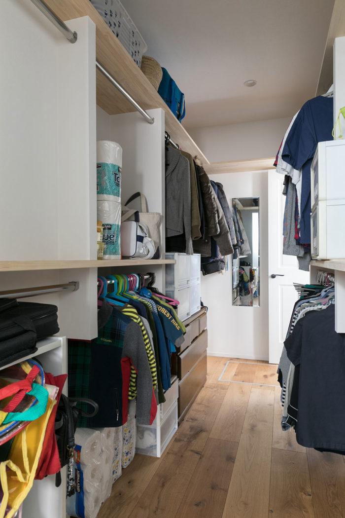 家族全員の衣類をしまえる大容量のウォークスルー・クローゼット。突き当たりを右に抜けると、リビングに出られる。