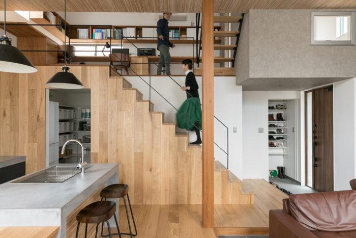 1階から階段を登った先が、踊り場のような書斎スペース。右上のグレーの部分は将平さんの趣味室で、リビングに向いた小窓がついている。床と階段側面の材はオーク。