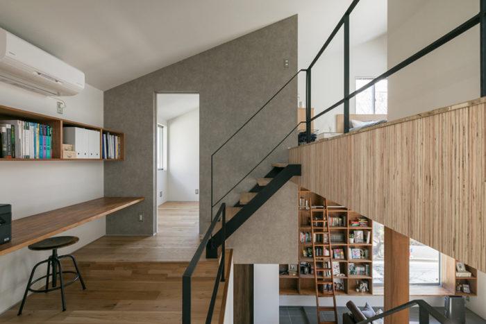 書斎スペースの先が将平さんの趣味室、右に上がった先が寝室。家全体に視線が抜けるのが心地よい。