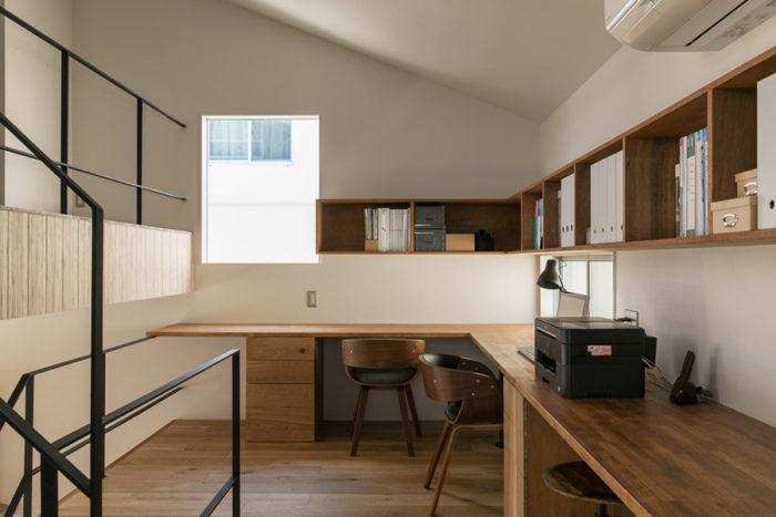 夫妻の書斎スペース。「とにかく使いやすいように、棚のサイズや高さにはかなりこだわりました」と麻世佳さん。