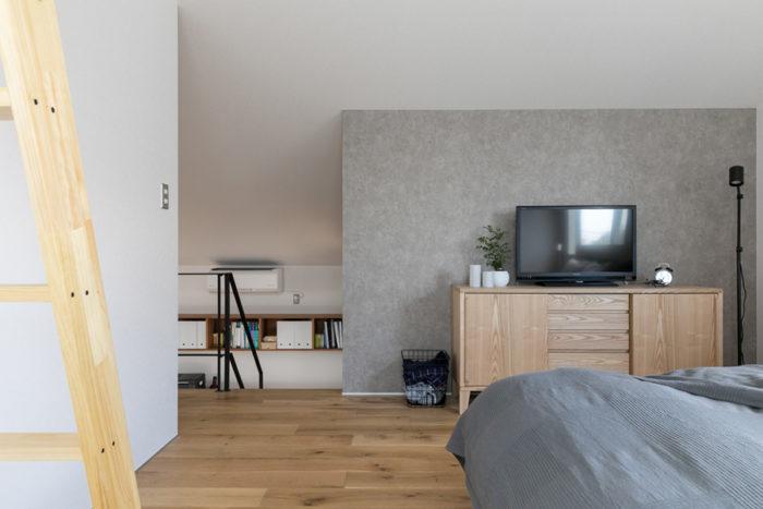 天井高を抑えた2階の寝室。扉はつけず、ひとつながりの空間に組み込んだ。