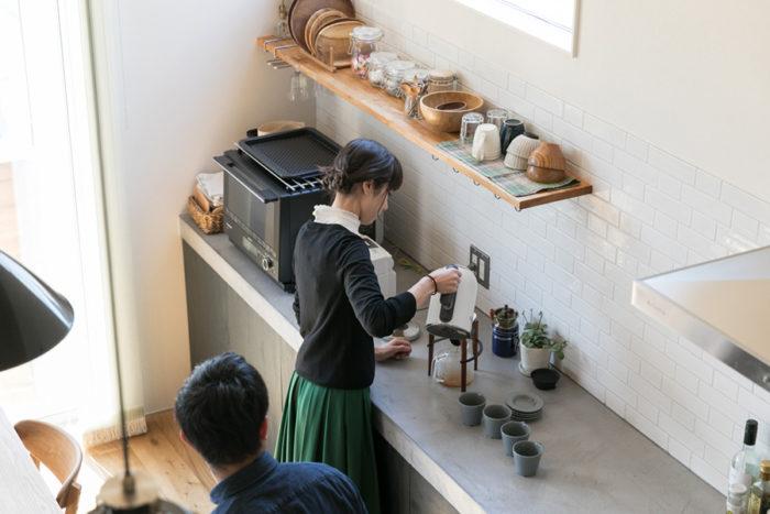 「前のアパートはキッチンが独立していて寂しかったけど、今はとても楽しい場所になりました」と麻世佳さん。