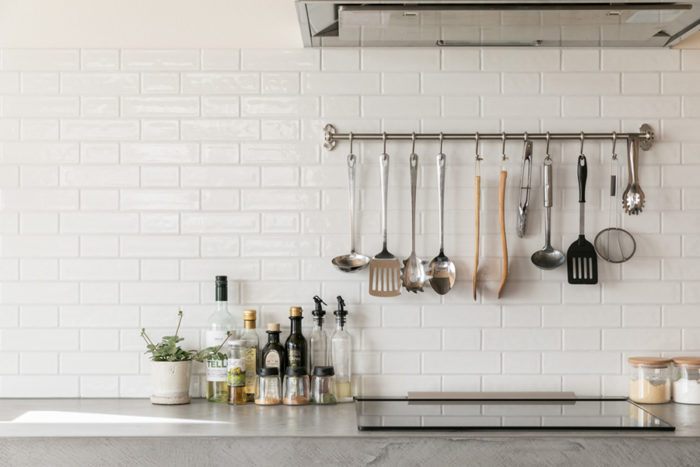 真っ白いサブウェイタイルに、キッチンツールがきれいに並ぶ。