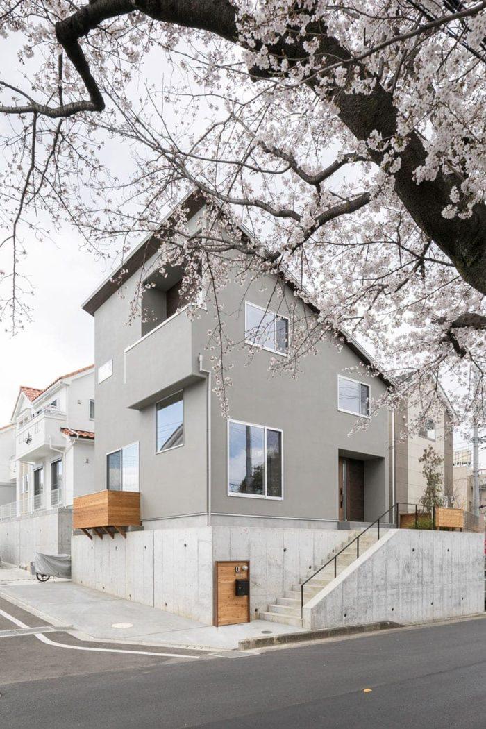 坂牧邸外観。「斜線制限に沿った斜めの屋根の形を生かすプランを考えました」と吉村さん。