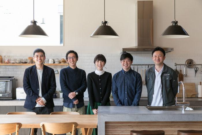 左から、IYs inc.の吉村さん・井上さん、坂牧さん夫妻、将平さんのお兄さんで時々施工を手伝っていた佳典さん(坂牧工務店代表)。