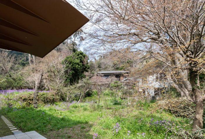 階段をのぼるとこの風景が目の前に広がる。元は別荘地として整備された敷地は草木の配置も素晴らしく目を楽しませてくれる。左上に見えるのがH邸の玄関庇。