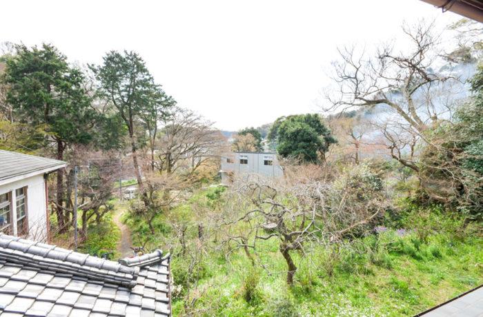 和館の2階からH邸を見る。H邸の外観デザインはその前に広がる風景との関係を重視してスタディが重ねられた。