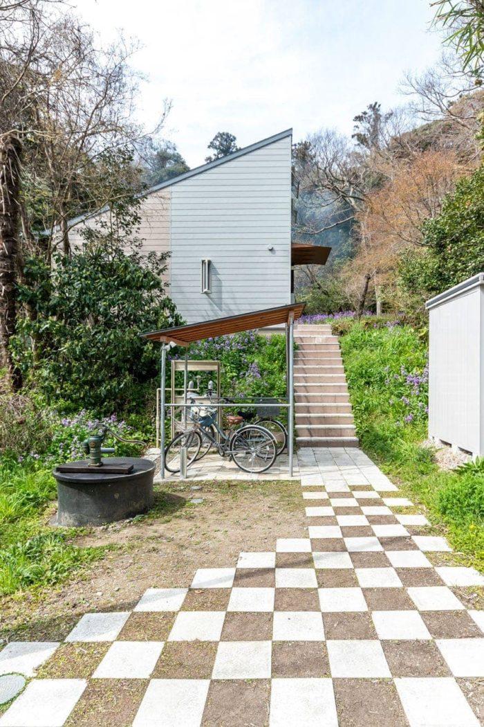 敷石がわりのコンクリートのPC板がH邸の玄関まで導く。