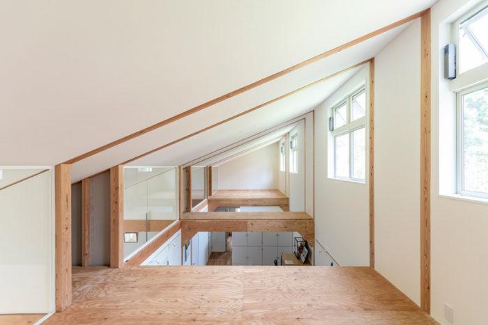 吹き抜けになっている部分に床を張り2階を増築することも可能。現在は2階へ上がることができないが、最近、お子さんの家族が泊まりがけで来たがることから階段をつくることを考えているという。
